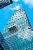 Ansicht von Taipeh 101 oben schauend, reflektieren der Markstein von Taiwan, Lichter des blauen Himmels und der Sonne Lizenzfreies Stockfoto