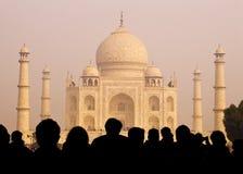 Ansicht von Taj Mahal With Tourist Silhouettes Stockfotos