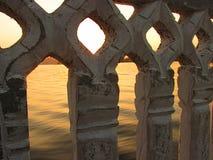Ansicht von Teich durch alte Balustrade Lizenzfreies Stockfoto