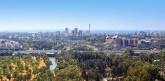 Ansicht von Tel Aviv Skylinen mit Fluss, Straße und Meer Yarkon Lizenzfreies Stockbild