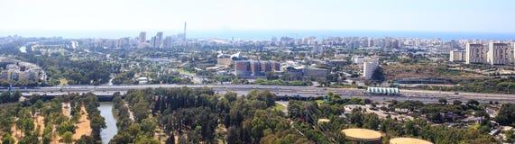 Ansicht von Tel Aviv Skylinen mit Fluss, Straße und Meer Yarkon Stockfoto