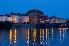 Ansicht von Theater und die Moldau-Damm am Abend lizenzfreies stockbild
