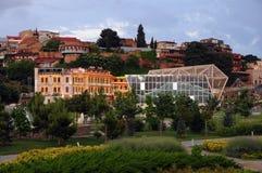 Ansicht von Tiflis von der Brücke des Friedens Stockfotografie