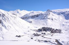 Ansicht von Tignes-Dorf in den französischen Alpen stockfotos
