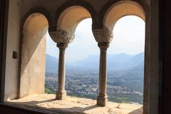 Ansicht von Tirol-Schloss in Richtung zum Merano-Stadtbildpanorama, Süd-Tirol stockbilder