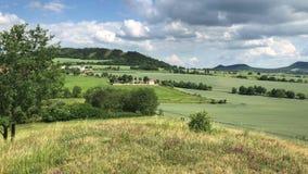 Ansicht von Tobias-Hügel in den tschechischen böhmischen Hochländern stock footage