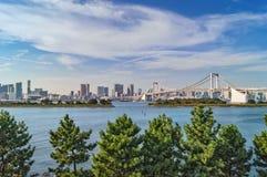 Ansicht von Tokyo-Bucht und von Regenbogen-Brücke in Odaiba, Tokyo Lizenzfreie Stockfotos