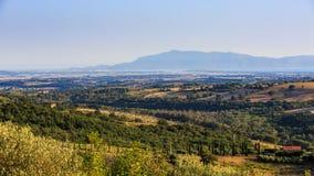 Ansicht von Toskaner-Feldern und Hügel und Monte Argentario in Italien Lizenzfreie Stockfotos