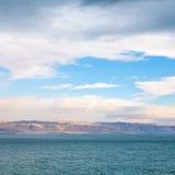Ansicht von Totem Meer von Jordanien-Ufer auf Sonnenaufgang lizenzfreies stockfoto