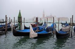 Ansicht von traditionellen Gondeln auf dem Kanal groß in Venedig Venezia an einem nebeligen Tag mit San Giorgio Island auf dem Hi lizenzfreie stockbilder