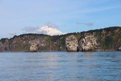 Ansicht von Tri Brata mit der Spitze Koryaksky-Vulkans im Hintergrund stockbilder