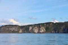 Ansicht von Tri Brata mit Vulkanen Avachinsky und Koryaksky im Hintergrund stockbild