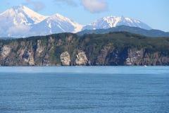 Ansicht von Tri Brata mit Vulkanen Avachinsky und Kozelsky im Hintergrund stockfotos