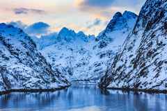 Ansicht von trollfjord mit Schnee bedeckte Berge lofoten an Inseln mit einer Kappe lizenzfreies stockfoto