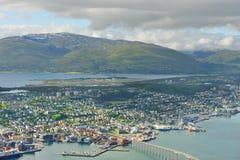 Ansicht von Tromso gegen Hintergrund von norwegischem Meer und von malerischen Bergen norwegen lizenzfreie stockbilder