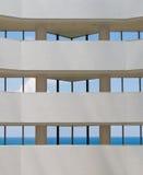Ansicht von tropischem Ozean durch Hotelfenster Stockfotos