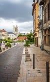 Ansicht von Troyes-Kathedrale von der historischen mittelalterlichen Mitte von Troyes mit Fachwerk- Gebäuden lizenzfreie stockfotografie