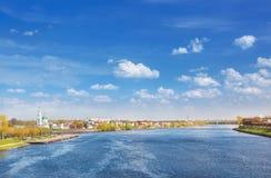 Ansicht von Tver von der Brücke lizenzfreie stockfotos
