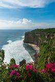 Ansicht von Uluwatu-Klippe mit schönem klarem Himmel und von blauem Meer im Ba lizenzfreie stockfotos