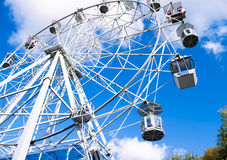 Ansicht von unten über ein großes Riesenrad Stockfoto
