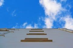 Ansicht von unten über Gebäudewand stockfotografie