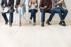 Ansicht von unten von den verschiedenen Arbeitskandidaten, die auf Vorstellungsgespräch warten lizenzfreie stockbilder
