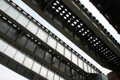 Ansicht von unten der Eisen-Bahnbrücke Stockfotos