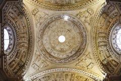 Ansicht von unten der Haube einer Kirche in Sevilla, Spanien stockfoto