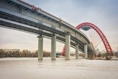 Ansicht von unten der Straßenbrücke mit einem roten Bogen, die malerische Brücke über dem Moskau-Fluss, lizenzfreie stockfotos