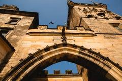 Ansicht von unten des alten Turms in Prag, Tschechische Republik lizenzfreies stockbild