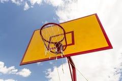 Ansicht von unten des Basketballkorbes mit Hintergrund des blauen Himmels Stockbild