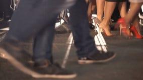 Ansicht von unten des Beines: die tragende Ferse der Frauen und der klassische Schuh der Männer stock footage