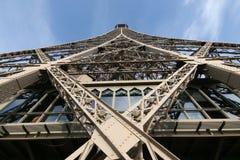 Ansicht von unten des Eiffelturms stockfotografie