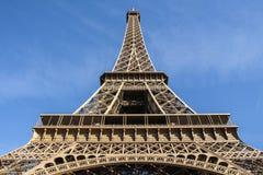 Ansicht von unten des Eiffelturms. stockbilder