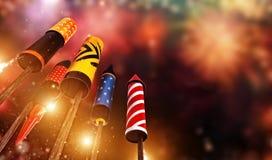 Ansicht von unten des Feuerwerksraketenstartens in den Himmel Lizenzfreie Stockfotografie