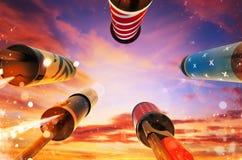 Ansicht von unten des Feuerwerksraketenstartens in den Himmel Stockfotos