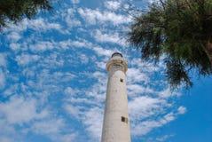 Ansicht von unten des Leuchtturmes in Punta Secca sizilien lizenzfreie stockbilder