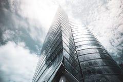 Ansicht von unten des modernen Wolkenkratzers Stockfoto