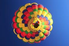 Ansicht von unten des Regenbogen-Heißluft-Ballons Stockbilder