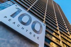 Ansicht von unten des Schildes und des Wolkenkratzers, Atlanta, USA Lizenzfreie Stockfotos
