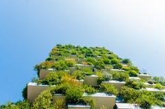 Ansicht von unten des vertikalen Waldgebäudes in Mailand, Italien stockbilder