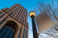 Ansicht von unten des Wolkenkratzers und des Laternenpfahls mit Zeichen, Atlanta, USA Lizenzfreie Stockbilder