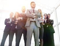 Ansicht von unten Führer am Kopf des Geschäftsteams Stockfotografie