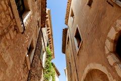 Ansicht von unten von Fassaden von alten Steingebäuden an der alten europäischen Stadt, Antibes, Frankreich lizenzfreies stockfoto