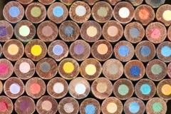 Ansicht von unten von gestapelt ringsum Farbton-Bleistifte Stockbilder