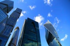Ansicht von unten von modernen Wolkenkratzern Lizenzfreies Stockfoto