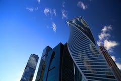 Ansicht von unten von modernen Wolkenkratzern Stockfotos
