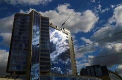 Ansicht von unten von modernen Wolkenkratzern Stockfoto
