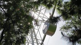 Ansicht- von untennahaufnahme Riesenrad spinnt langsam in Kreis stock video footage