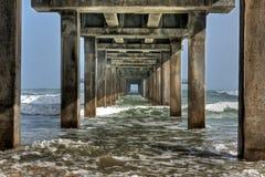 Ansicht von unterhalb der Brücke Lizenzfreie Stockfotos